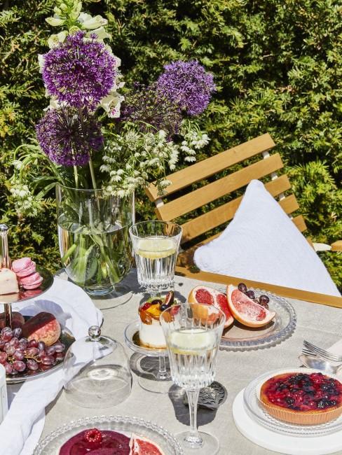 Kuchen, Getränke und Blumen im Garten