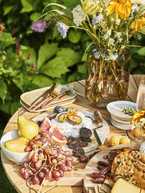 Runder Gartentisch mit vielen Speisen