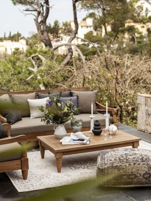 Eine Sitzecke im Garten wird zum Outdoor Wohnzimmer