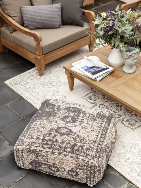 Freiluftwohnzimmer mit Teppich, Kissen und Co.