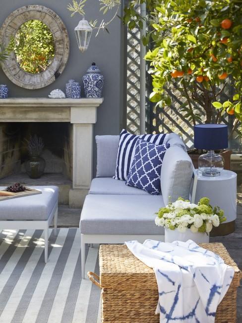 Trendiger Outdoor-Bereich in Grau und Blau