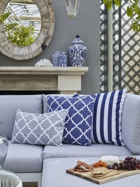 Graues Loungesofa für den Garten mit Kissen zur Deko