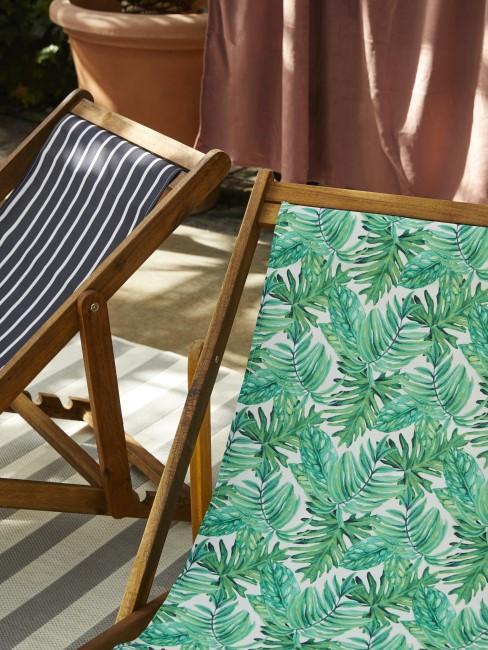 Palmenmuster und Streifen auf Liegestühlen