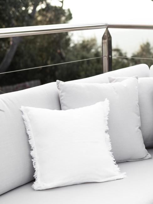 Graues Outdoor-Sofa mit hellen Kissen