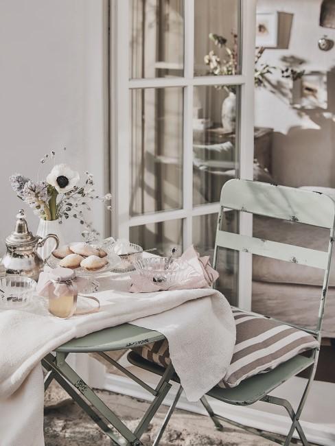 Pastelliges Outdoor-Setting auf der Terrasse