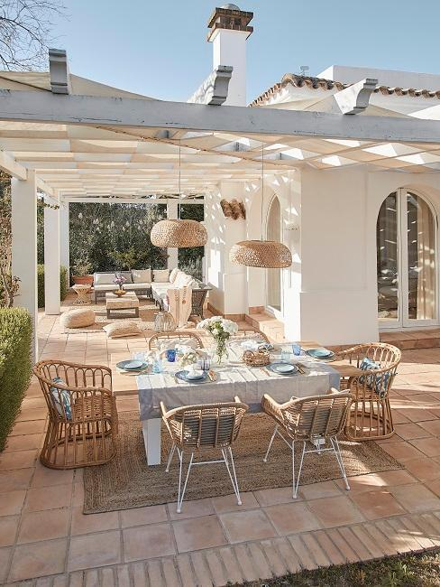 Große Gartentische als Gartenmöbel Trend