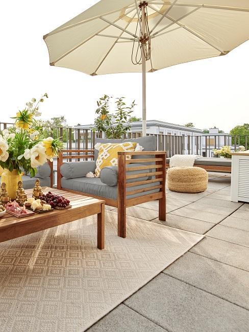 Balkon mit einem großen Sonnenschirm