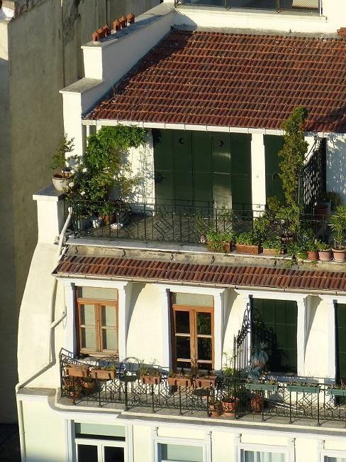 Blick auf ein Haus mit verschiedenen Balkonen