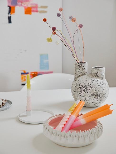 Dip Dye Kerzen in einer Schale neben einem Kerzenständer