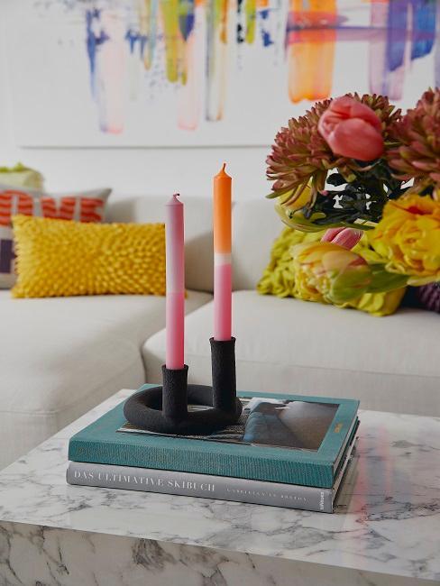 Dip Dye Kerzen in einem Kerzenständer auf Coffee Table Books