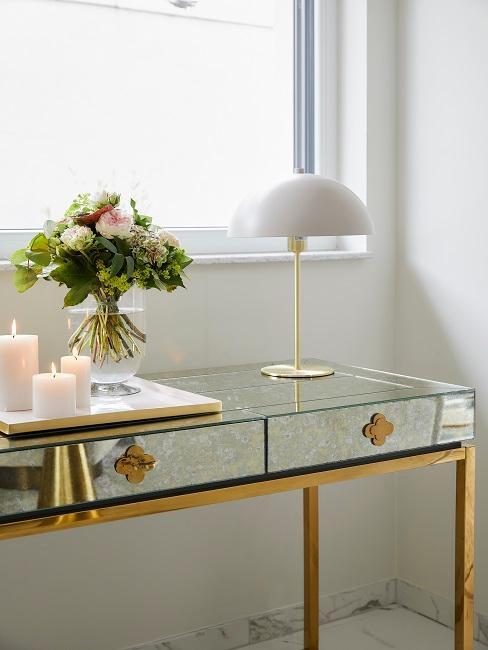 Weiße Pilzlampe auf Sideboard mit Blumen und Kerzen