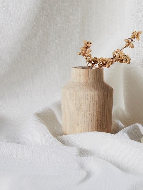 Eine Vase mit einer einzelnen Blume