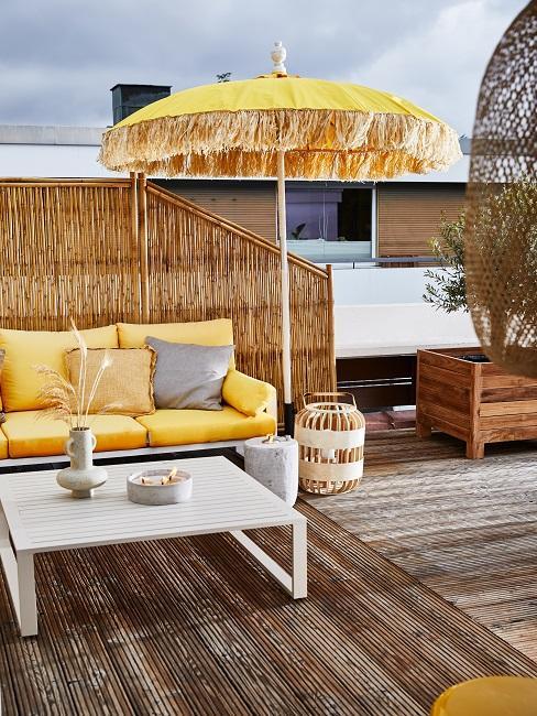 Balkon mit Sichtschutz, Sonnenschirm und Holzboden