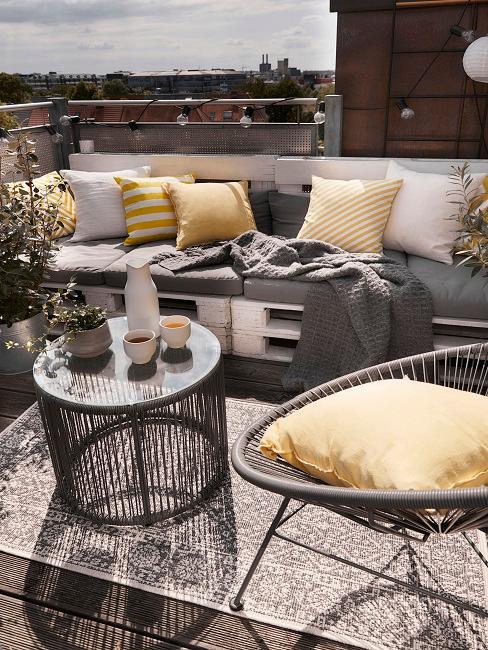 Balkon mit Pallettenmöbeln und einem Outdoor Teppich