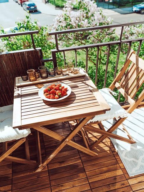Eine Sitzgruppe auf einem Balkon mit Klickfliesen aus Holz