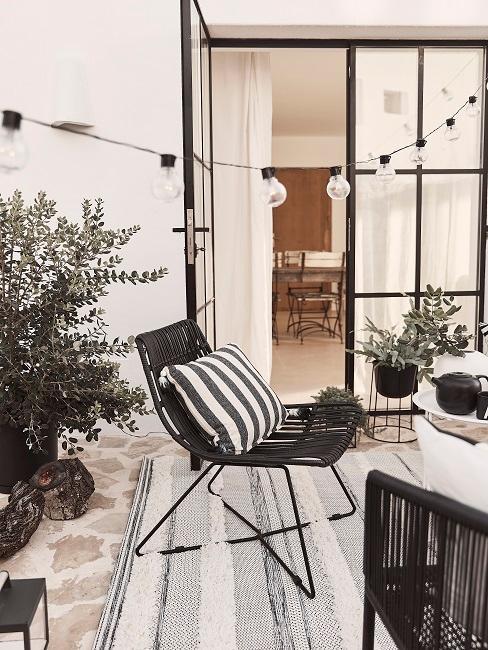 Sessel auf einem Teppich und Steinfliesen