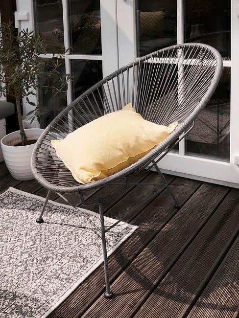 Sessel mit einem Kissen auf einem Holzboden