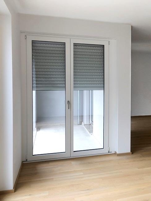 Homeoffice Wohnzimmer Vorher Sofabereich Balkon