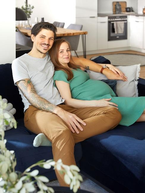 Homeoffice Wohnzimmer Familie Paar auf Sofa