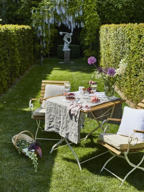 Stühle, Tische und Deko im Garten