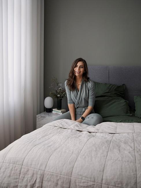 Masha auf Bett Schlafzimmer Kissen