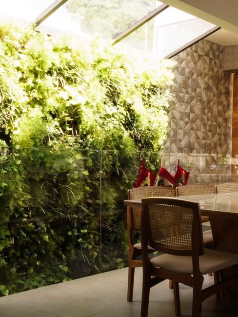 Grüne Pflanzenwand im Esszimmer