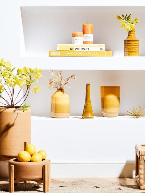 Dekoration mit gelben Blumen, Zitronen und Vasen