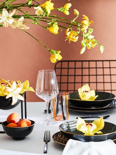 Tischdeko mit gelben Orchideen, Freesien und Lilien