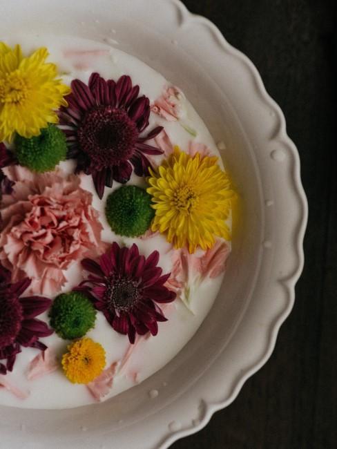 Teller mit Blüten in Gelb, Rosa, Rot und Grün