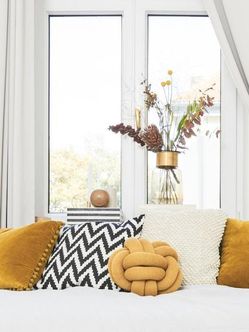 Trockenblumenstrauß mit gelben Blumen in Glasvase