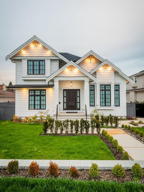 Haus im kanadischen Stil und Vorgarten