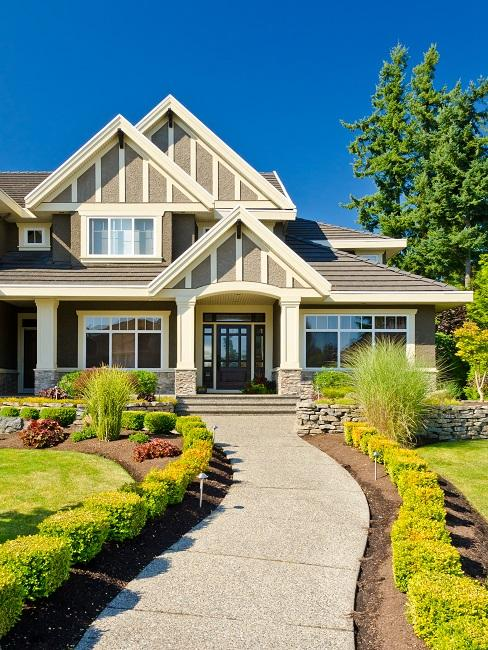 Großes Haus mit Vorgarten und Weg