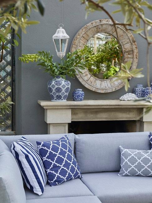 Outdoor Wohnzimmer blau und Pflanzen
