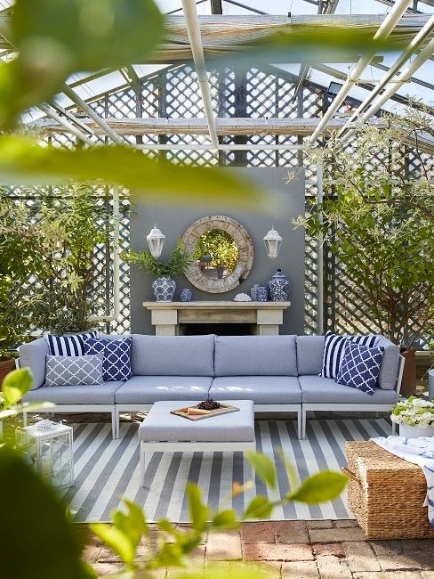 Outdoor Wohnzimmer mit blauem Sofa und Deko