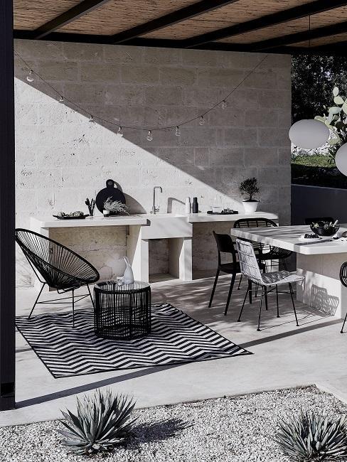 Schwarz weiße Outdoor Küche unterdacht