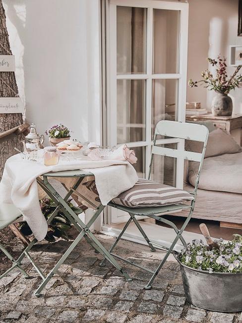 Terrasse im Cottage Stil, Metall Stühlen und Tisch