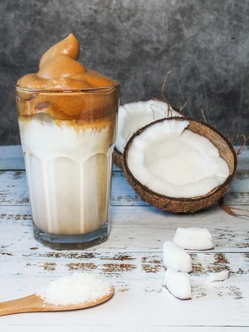 Zucker, Wasser und Instant-Kaffee ergeben den Schaum