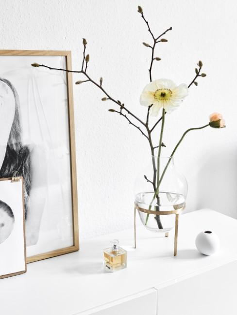 Gelbe Blume mit Zweig in Vase dekoriert