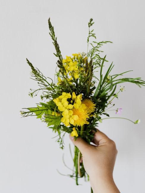 Strauß mit gelben Wiesenblumen