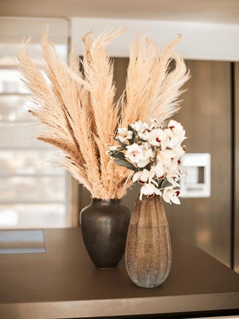 Zwei Vasen mit weißen Blumen und Pampasgras Deko