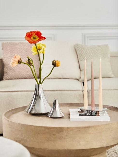 Schöne Blumen in einer Vase und Kerzen