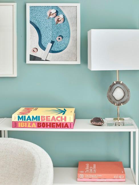 Sideboard mit Deko vor Pastell Wand