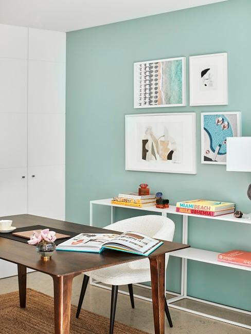 Arbeitszimmer mit Wandfarbe in Pastell und Bildern