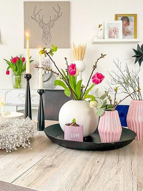 Dekotablett mit unterschiedlichen Vasen und Blumen