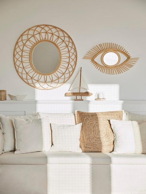 Sofa mit Kissen und Wanddeko aus Holz und in Gold