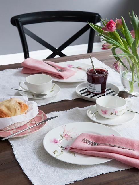 Gedeckter Tisch mit Marmelade