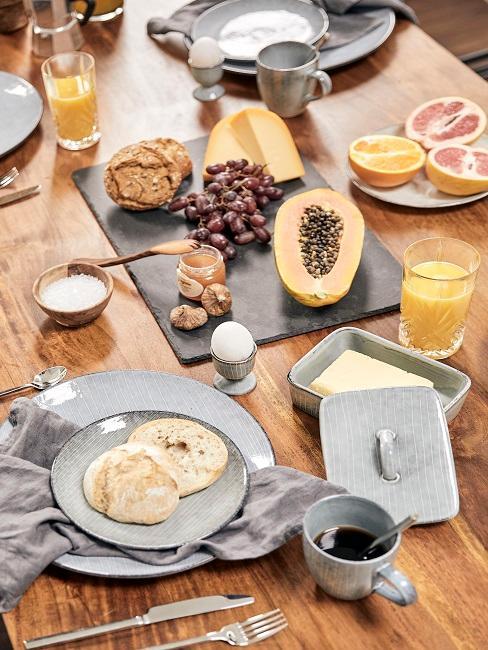 Tisch mit Früchten