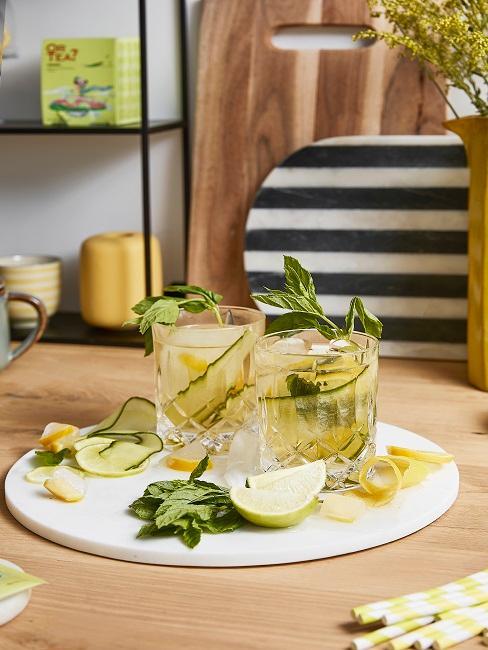 Zwei Gläser mit Limonade und Deko