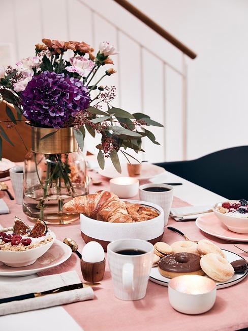 Brunch Tisch mit Eiern, Aufstrichen und Geschirr