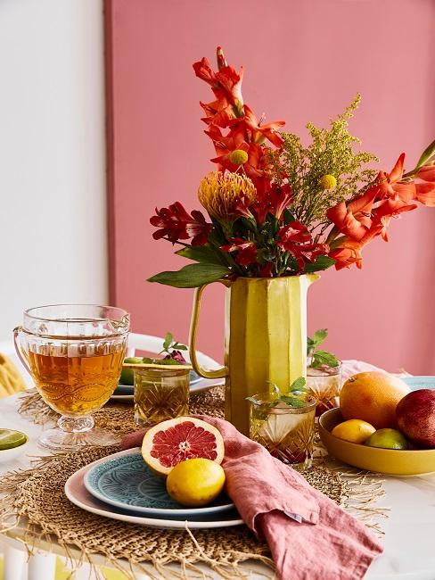 Tischdeko mit Blumen und buntem Geschirr